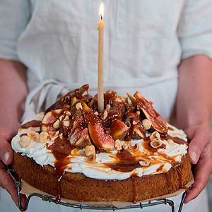 Hazelnut, olive oil and fig cake with salted caramel